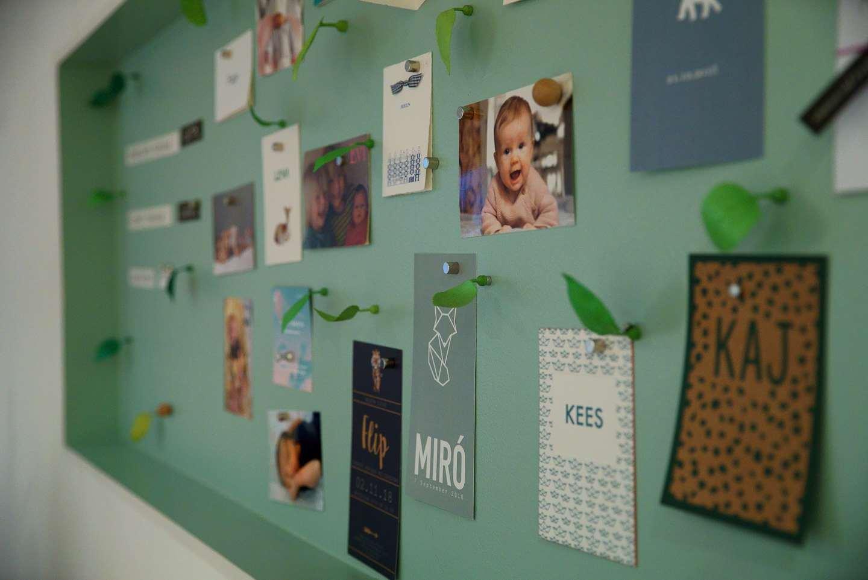 Bord met geboortekaartjes