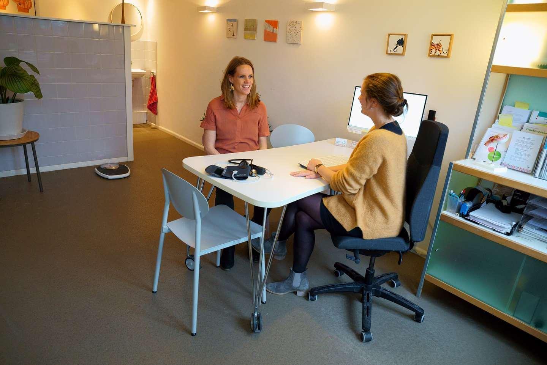 Verloskundige en client tijdens spreekuur